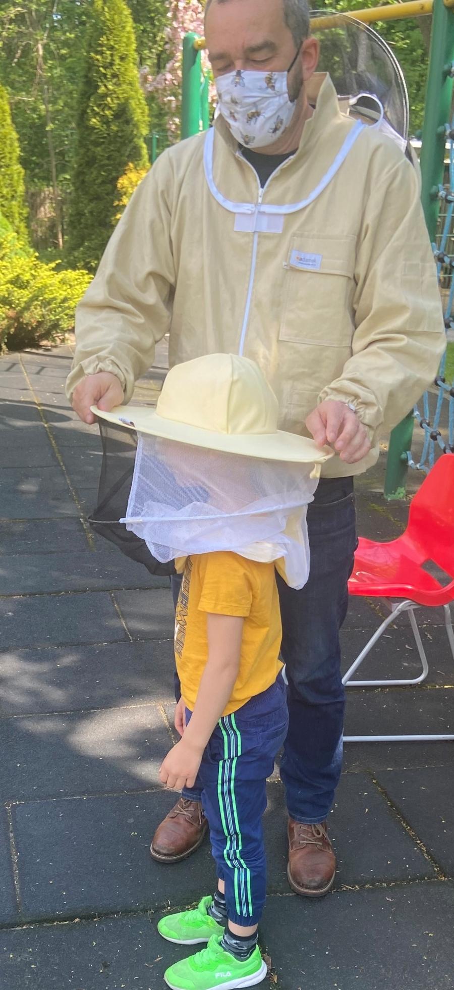 Poznajemy pracę pszczelarza.